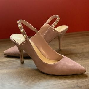 Fashion heels in lilac suede with pearl accents